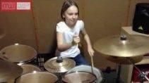 Девочка играет на барабанах