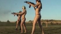 Красивые девушки и боевое оружие