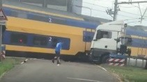 Поезд снес грузовик который застрял на путях