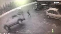 Мужчина спасся от летевшего на него автомобиля