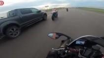 Пикап подрезал мотоциклиста на высокой скорости