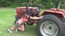 Девушки за рулем трактора