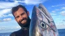 Рыбак боролся с акулами за свой улов