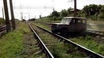 Что может пойти не так при попытке проехать по железнодорожным путям?