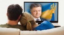 Украинская семья смотрит новости по телевизору