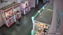 Девочка застряла в автомате с игрушками пытаясь обокрасть его