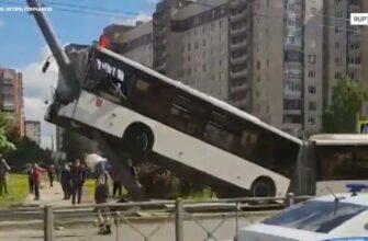 Автобус наехал на фонарный столб в Петербурге