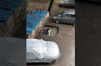 Автомобиль утонул в яме с водой в Мумбаи, Индия