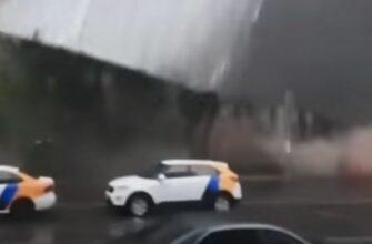 В Москве ветер сорвал крышу здания на улице Правды