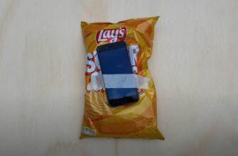 iPhone против пакета с чипсами
