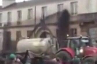 Во Франции обрызгали дом Макрона конским навозом