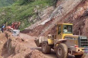 Камень скатился с горы и приземлился на автомобиль в Непале