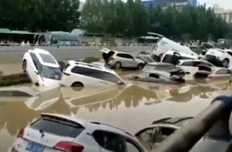Автомобильное кладбище в центральном Китае из-за наводнения