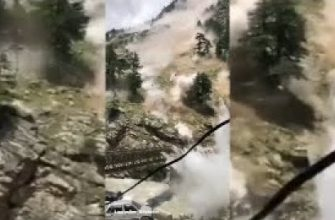Оползень разрушает мост в Индии