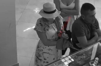 Умелая воровка вытащила деньги и спрятала их под платьем