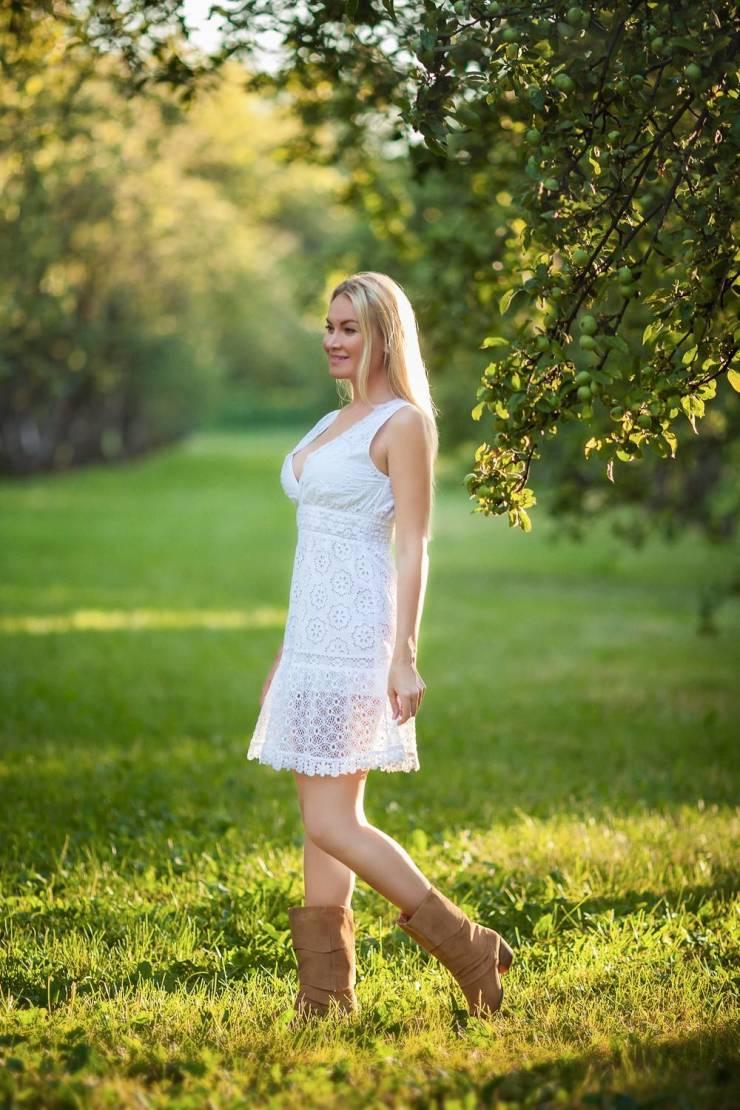 Красивые девушки в летних платьях (43 фото)