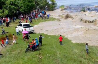 Гигантская приливная волна неожиданно обрушилась на деревню в Индонезии