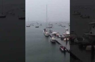 Молния ударила в мачту лодки во время шторма