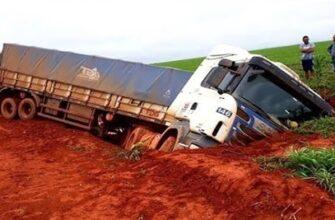 Чрезвычайно опасное вождения грузовиков по грязи