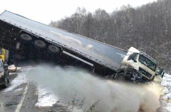 Перегруженные грузовики на страшном бездорожье