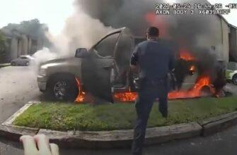 Полицейские спасли человека из горящей машины