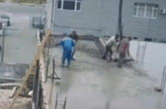 Рабочие борются за свою жизнь, когда рушится крыша
