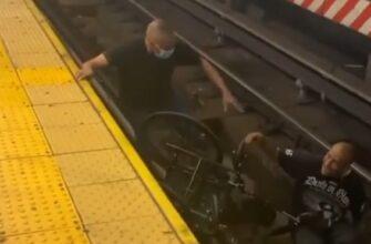 Пассажиры метро спасли упавшего на рельсы инвалида