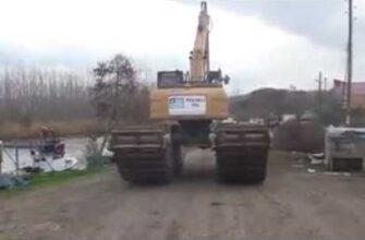 Рабочий утопил плавающий трактор