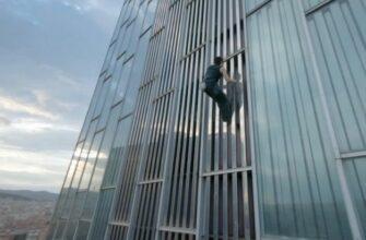 Забрался на 120-метровый небоскреб без страховки
