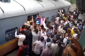 Час пик в Индии на железнодорожной станции