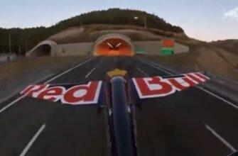Пролетел на самолете сквозь туннель в Турции