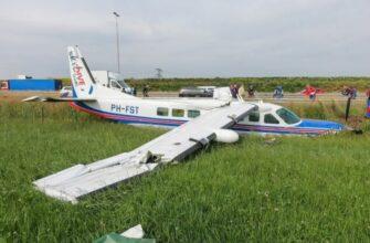 У самолета для прыжков с парашюта отказал двигатель, на борту было 17 человек