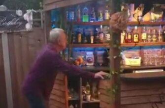 Сделал необычный бар на заднем дворе дома