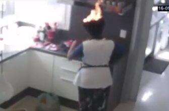 Женщина увлеченная готовкой не заметила как загорелись ее волосы