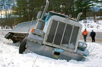 Пикапы вытаскивают застрявшие в грязи и снегу грузовики